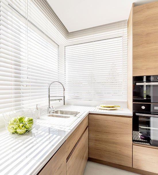 Aluminium horizontale jaloezieën in de keuken geven vet en viezigheid geen kans