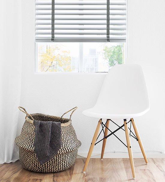 2. Maak of breek de sfeer met raamdecoratie in de woonkamer