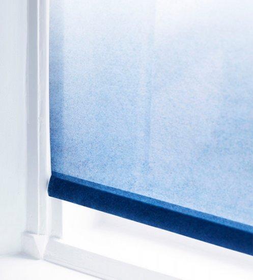 2. Blauwe rolgordijnen: Bijzonder kleurrijk