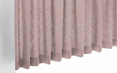 Roze inbetween gordijnen