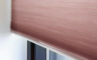 Roze plisségordijnen