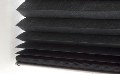 Zwarte plisségordijnen