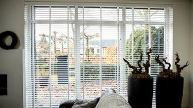 2. Witte houten jaloezieën raam rechts