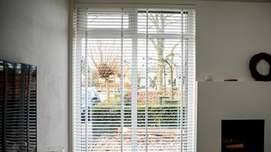 1. Witte houten jaloezieën raam links