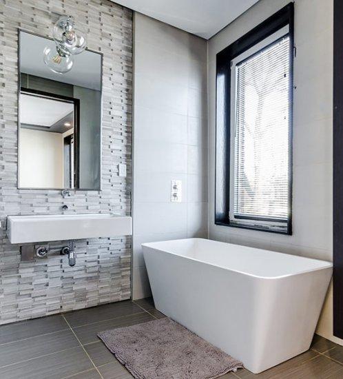 Aluminium jaloezieën in de badkamer: een balans tussen privacy en licht